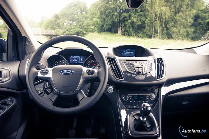 Rijtest toyota rav4 vs ford kuga autofans for Interieur ford kuga