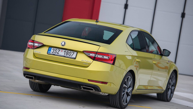 skoda-superb-sportline-dragon-skin-gold