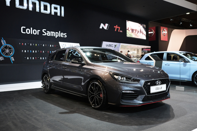 hyundai i30 n blikvanger hyundai stand autosalon brussel. Black Bedroom Furniture Sets. Home Design Ideas