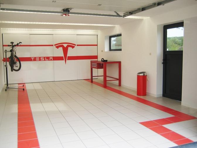Belg bouwt eigen Tesla garage